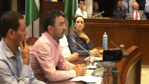 EPM General Manager Jorge Londoño de la Cuesta (center, pink shirt) speaking to Medellin City Council on October 30