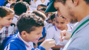 Bello, Antioquia Students Examine Dengue-Fighting Mosquitos