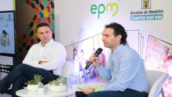 EPM general manager Jorge Londoño de la Cuesta (left) and Medellin Mayor Federico Gutierrez (right) at press conference