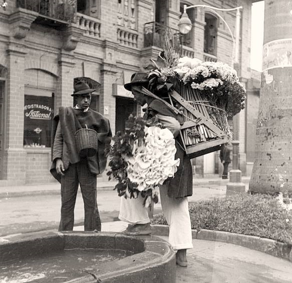 Silletero flower vendor in Medellin, 1955/ Source: Historia Fotografica de Medellin