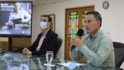 Antioquia Governor Anibal Gaviria (right, foreground); Area Metropolitana de Valle de Aburra Director Juan David Palacio (left, background)